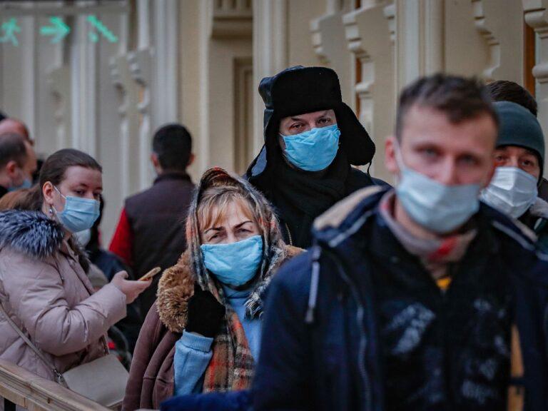 Inimesed ootavad järjekorras koroonavaktsineerimist Moskva kaubanduskeskuses. President Vladimir Putin ei ole seni aga lasknud endale Venemaal toodetud Sputniku vaktsiini süstida.