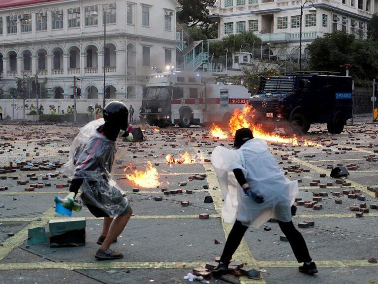 Meeleavaldajate ja julgeolekujõudude kokkupõrked 2019. aasta novembris Hongkongi polütehnilise ülikooli juures.