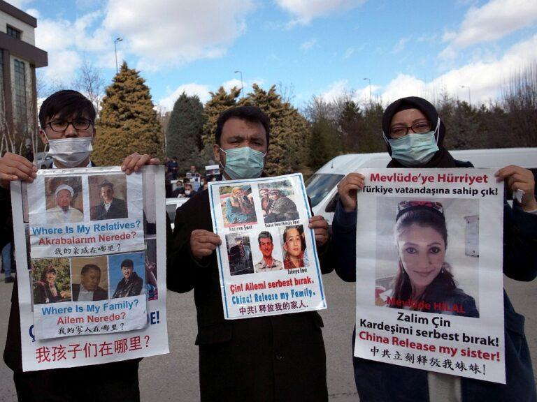 Uiguurid 9. veebruaril Türgi pealinnas Ankaras Hiina saatkonna ees protestimas. Meeleavaldajad näitavad pilte pereliikmetest ja lähedastest, keda nende sõnul hoitakse Hiina kinnipidamislaagrites.