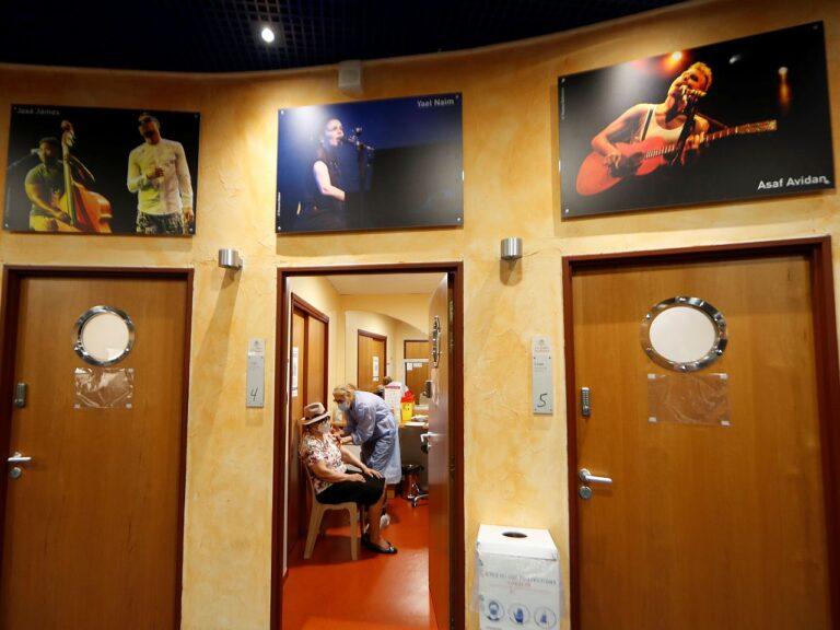 Koroonaviiruse vastu vaktsineerimine Prantsusmaal Nice'is kohaliku teatri näitlejate riietusruumis.