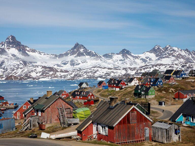 Vaade Gröönimaa Ammassaliki linnale. Kuigi kaks kolmandikku Gröönimaa elanikest pooldab Taanist eraldumist, toetavad vähesed iseseisvumist, kui selle tõttu peaks langema elatustase.