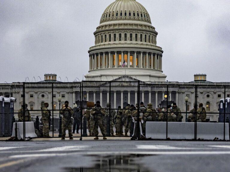 Ameerika Ühendriikide Rahvuskaardi üksused valvavad Kapitooliumit 11. veebruraril Donald Trumpi teise tagandamisistungi ajal. Senat mõistis endise presidendi kaks päeva hiljem õigeks, leides, et ta ei pannud Kapitooliumi rahutuste ajal toime põhiseadusvastast kuritegu. Peale demokraatide hääletas Trumpi süüdimõistmise poolt aga ka seitse vabariiklasest senaatorit.