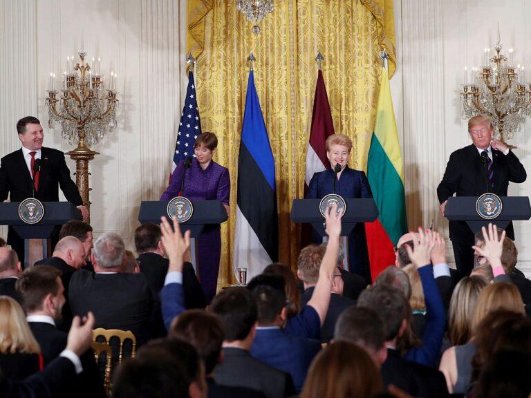 Läti ja Leeduga on Eestil hõlpsam pälvida suuremate riikide tähelepanu. Pildil Eesti president Kersti Kaljulaid koos Läti presidendi Raimonds Vējonise ja Leedu riigipea Dalia Grybauskaitėga 2018. aasta aprillis Washingtonis Valges Majas kohtumas USA presidendi Donald Trumpiga.