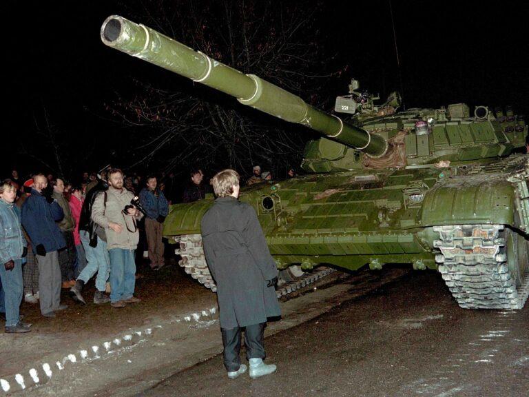 Meeleavaldaja seisab 1991. aasta 13. jaanuaril Vilniuses vastu Nõukogude Liidu tankile.
