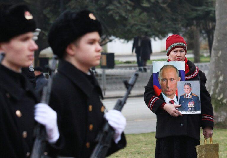 Isamaa kaitsja päeva ehk Vene armee püha tähistamine Krimmis, Sevastopolises 23. veebruaril 2021. Naine hoiab käis Vene Föderatsiooni presidendi Vladimir Putini ja kaitseminister Sergei Šoigu portreesid.