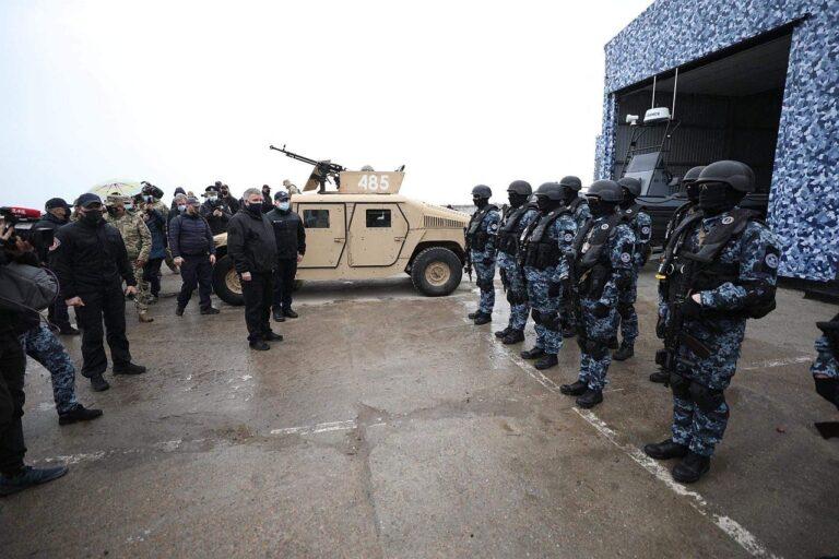 """Ukriana siseminister Arsen Avakov (keskel vasakul) käis 19. aprillil Mariupoli Aasovi mere sadama lähistel toimunud sõjaväeõppusi vaatlemas. Venemaa teatas 16. aprillil, et sulgeb 24. aprillist kuni 31. oktoobrini kaks Musta mere sektorit välismaistele sõjalaevadele ja """"teistele riigilaevadele"""". Sellega Venemaa sisuliselt blokeerib ligipääsu Aasovi merele ja Ukraina Mariupoli ja Berjanski sadamale ning rikub ÜRO mereõiguse konventsiooni."""