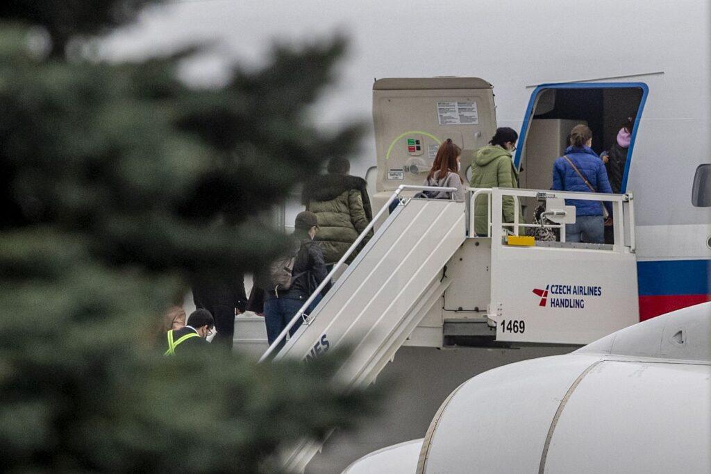 Venemaa valitsus läkitas 19. aprillil Prahasse erilennu, et tuua koju diplomaadid ja nende pered, kelle Tšehhi valitsus riigist välja saatis. Kaks päeva varem teatas Tšehhi peaminister Andrej Babiš, et Venemaa sõjaväeluure oli seotud Vrbetice laskemoona ladude plahvatusega, mis lisaks suurele majanduslikule kahjule tõi kaasa kahe inimese surma.