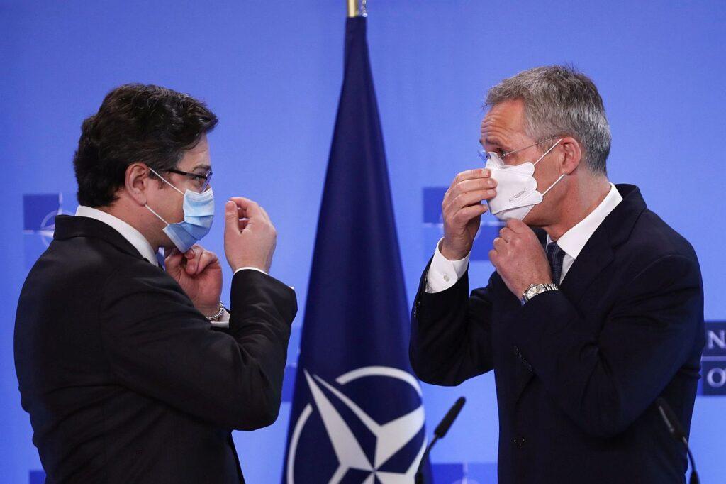 NATO peasekretär Jens Stoltenberg (paremal) ja Ukraina välisminister Dmõtro Kuleba kohtusid 13. aprillil, et arutada Venemaa vägede koondumist Ukraina piirile.