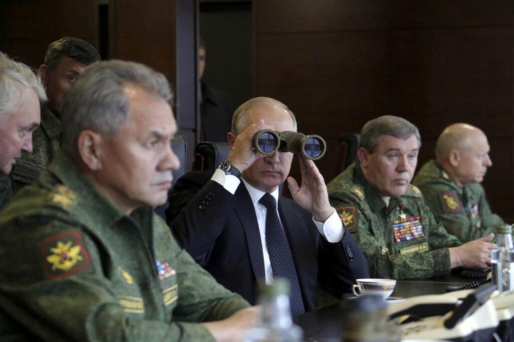 Vene president Vladimir Putin ja kaitseminister Sergei Šoigu (vasakul) jälgisid 2017. aasta sügisel õppust Zapad Leningradi oblastis. Selle aasta suve teisel poolel ja sügisel toimub järjekordne suurõppus Zapad, mille läheduse tõttu suurenevad sel ajal ka ohud Läänemere piirkonna ja liitlaste julgeolekule.