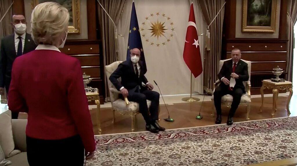 Aprilli algul võõrustas Türgi president Recep Tayyip Erdoğan Ankaras kahte Euroopa kõrget esindajat: Euroopa Komisjoni presidenti Ursula von der Leyenit ja Euroopa Ülemkogu eesistujat Charles Micheli. Kuigi kohtusid kolm liidrit, oli läbirääkijatele vaid kaks tooli ning Euroopa Komisjoni president von der Leyen sätiti kohtumist tunnistama eemalt, diivanilt.