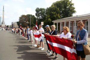 Mullu 23. augustil, Balti keti 30. aastapäeval korraldati solidaarsuskett Valgevene meeleavalduste toetuseks 32 riigis. Pildil üritus Riias.