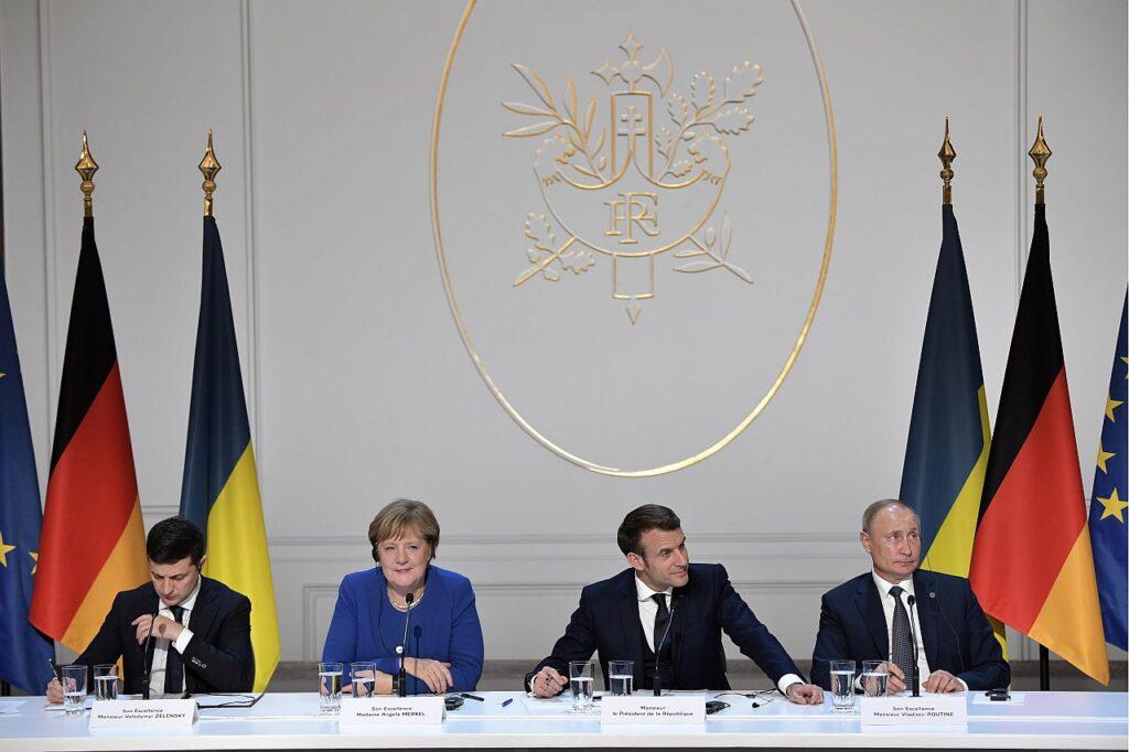 Normandia neliku kohtumine Pariisis 2019. aastal. Venemaa on loonud süsteemi, mis võimaldab tal jäljendada õiguspäraseid ja rahvusvaheliselt tunnustatud konflikti lahendamise mehhanisme ja vähendada konfliktides osalemise kulusid, samal ajal kontrollides läbirääkimiste kulgu ja päevakorda. Vasakult paremale: Ukraina president Volodõmõr Zelenskõi, Saksamaa liidukantsler Angela Merkel, Prantsusmaa president Emmanuel Macron ja Venemaa president Vladimir Putin.