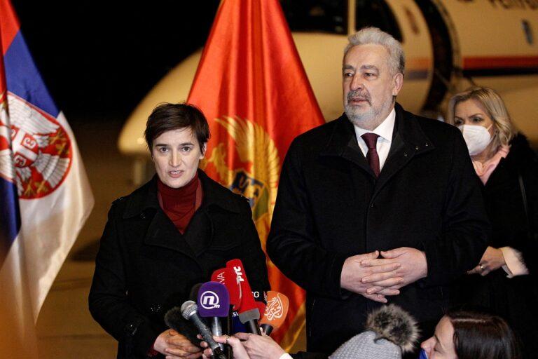 Montenegro peaminister Zdravko Krivokapić ja ta Serbia kolleeg Ana Brnabić võtsid veebruaris üheskoos Podgorica lennuväljal vastu Venemaa annetatud Sputnik V vaktsiinilasti.