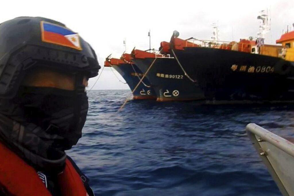 Filipiinide rannavalve patrullib Lõuna-Hiina merel, kus Hiina laevad on pingeid tekitanud eelmise aasta lõpust alates. Kui Euroopa peaks saatma Aasia ja Vaikse ookeani piirkonda oma laevad, siis miks ei tohiks Hiina seda sama teha Vahemerel? Või siis Läänemerel?