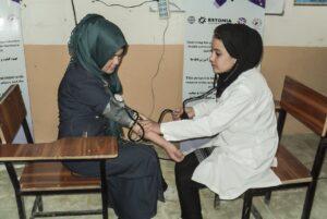 Ämmaemanduskursus Afganistanis 2017. aastal. Pr Feroza (paremal) juhendab teisi õppijaid kasutama Tallinna tervishoiukõrgkooli ämmaemanduse õppetooli lektoritelt saadud teadmisi.