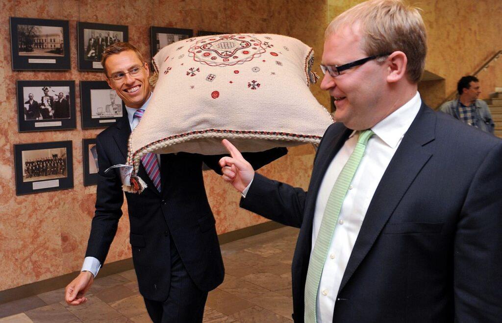 Aasta oli 2010 ning Alexander Stubb ja Urmas Paet välisministrid. Tallinna külastanud Stubb sai Paetilt kingiks Kihnu käsitöömeistrite valmistatud padja.