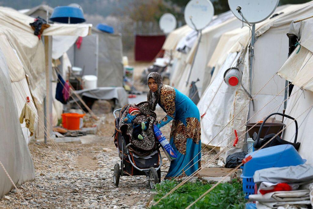 Süüriast Türki põgenenud ema sätib oma last kärusse Nizipi põgenikelaagris Gaziantepi provintsis.