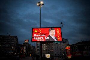 """Hiina president Xi Xinping vaatab vastu hiiglaslikult reklaamtahvlilt kirjaga """"Aitäh, vend Xi"""" Belgradi väljakul. Reklaami rahastas valitsusmeelne Serbia tabloidväljaanne."""