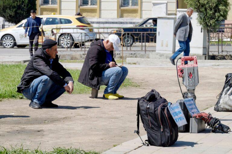 Töötud mehed kogunesid aprillis 2020 Tadžikistanis Dušanbes tee äärde, lootes leida juhutööd. Kui Tadžikistani peamine majanduspartner Venemaa poleks märtsis COVID-19 leviku aeglustamiseks piiri sulgenud, oleksid paljud mehed seal tööd otsinud.