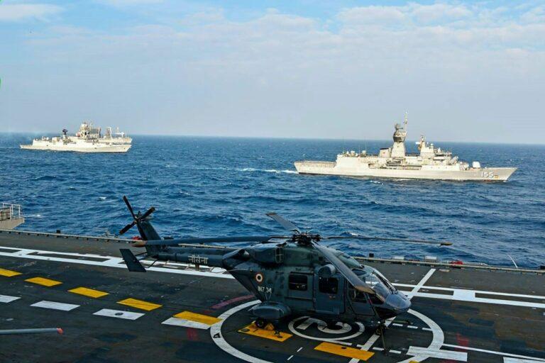 India armee hävitajad lennukikandja tekil Malabari mereõppuse ajal novembris 2020. India, Austraalia, Jaapan ja USA (Quad) jälgivad tähelepanelikult Hiina kasvavat sõjalist jõudu India ja Vaikse ookeani piirkonnas.