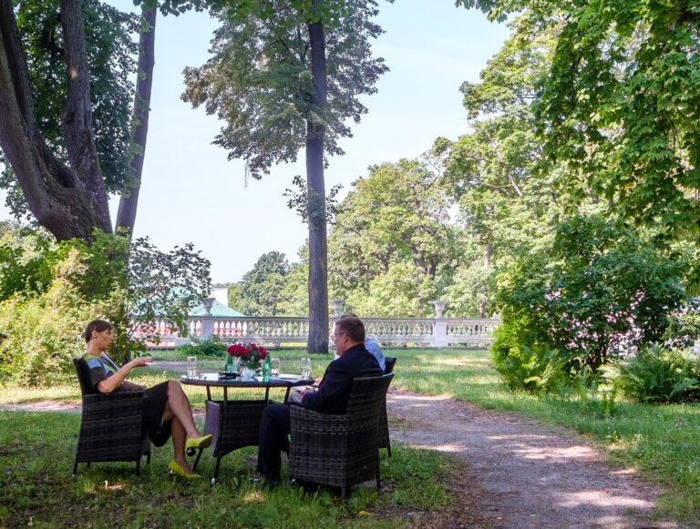 President Kersti Kaljulaid ja Rahvusvahelise Kaitseuuringute Keskuse direktor Indrek Kannik Kadriorus vestlemas.