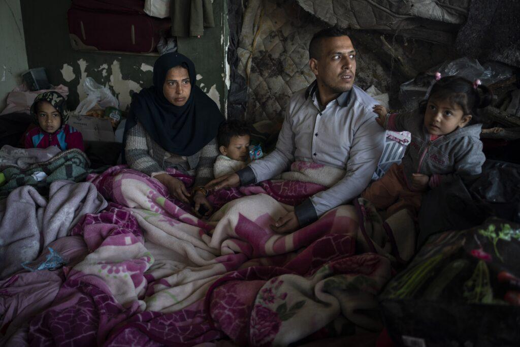 """Perekond Afganistanist mahajäetud hoones Türgi-Kreeka piiri lähedal Edirnes. """"Kui Venemaa või Assadi rünnak Idlibis vallandaks taas massilise süürlaste sissevoolu Türki või kui Talibani võimuletulek Afganistanis toob kaasa suure põgenikevoo, võib Erdoğan avada varjupaigataotlejatele uuesti värava Euroopasse,"""" leiab Bitte Hammargren."""