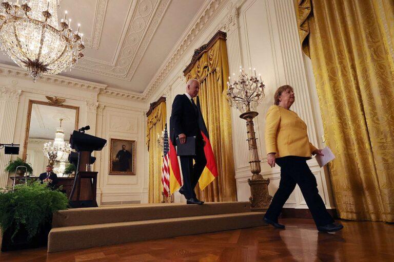 Saksamaa liidukantsler Angela Merkel ja USA president Joe Biden lahkuvad ühiselt pressikonverentsilt Valges Majas 15. juulil 2021. Mõned päevad hiljem jõudsid USA ja Saksamaa Nord Stream 2 gaasijuhtme projekti lõpetamises kokkuleppele ehk kõrvaldasid aastaid riikide suhteid varjutanud pingeallika.