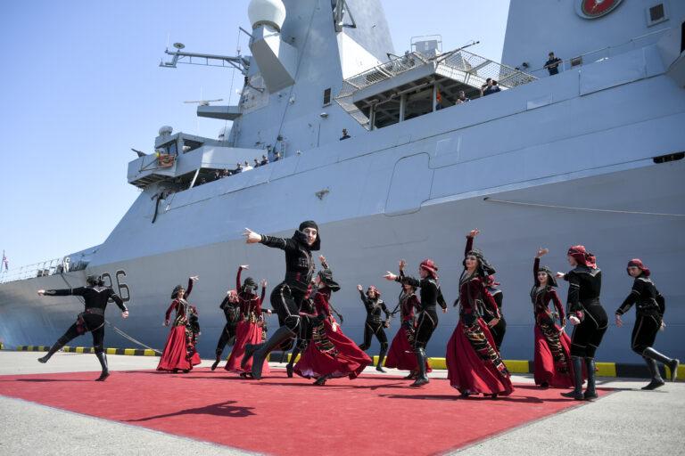 Rahvarõivastes grusiinid tähistavad tantsuga Ühendkuningriigi sõjalaeva HMS Defender saabumist Bathumi sadamasse 2021. aasta juunis. Ühendkuningriigi sõjalaevade ülesandeks Mustal merel on kaitsta meresõiduvabadust ning meenutada Kremlile, et Krimmi annekteerimist ei unustata, kirjutab James Rogers.