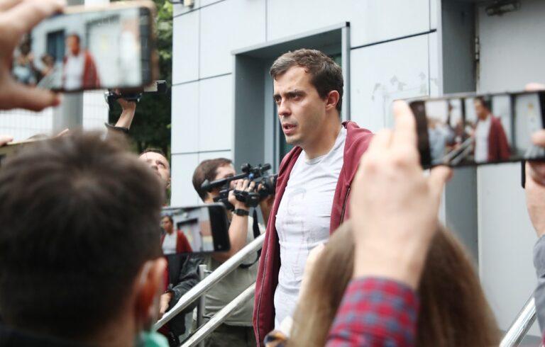 Roman Dobrohotov lahkus 28. juulil pärast ülekuulamist siseministeeriumi hoonest Moskvas.