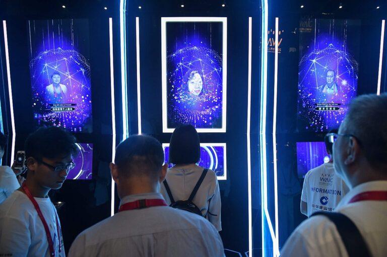 Inimeste nägude skaneerimine saabumisel üleilmsele tehismõistuse konverentsile Shanghais augustis 2019. Hiina üks suurimaid rivaale tehismõistuse arendamisel ja kasutamisel on USA, aga Euroopa Liit jääb kaugele maha.